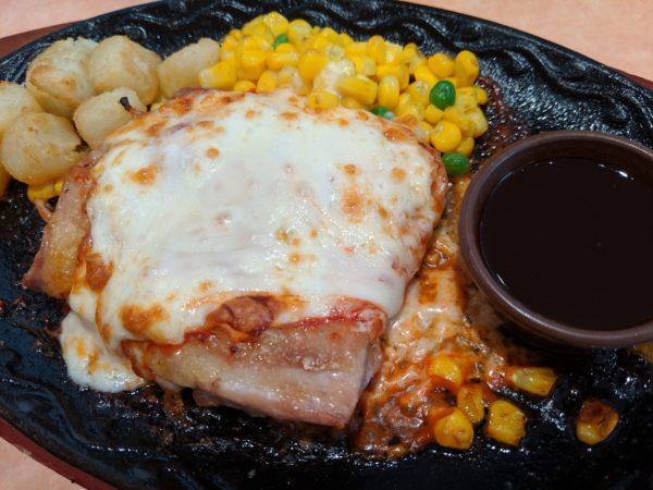 お昼に食べた、サイゼリヤの柔らかチキンのチーズ焼き499円(税別)